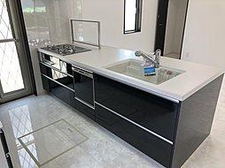 大人気のペニンシュラキッチン!! 天板が人造大理石の為お掃除楽々!! 食洗機もついているので、食器洗いの手間も省けます!!水道代もお得に!!