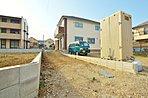 敷地延長型の邸宅のメリットは通行人等の周りの目からプライバシー空間を確保することが出来る点になります。また家から道路までの距離がございますので敷地面積が広く、車を駐車するスペースを確保することが出来ま