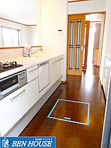 食洗機付きのシステムキッチンは対面式です。