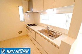 対面式のキッチンは食洗機付きです