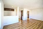 ご家族だんらんのスペースとなるリビング。家具の配置がしやすい広さを確保しつつ、窓が多い設計は色々な角度から光が取り込めるこだわりの間取りです。明るいリビングで寛ぐ新しい生活をスタートさせてみませんか。