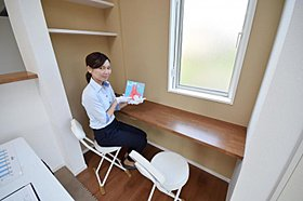 昼間はママの読書やパソコンなど作業スペースとして活用可能。
