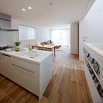 水拭きができ傷にも強いラステック塗装の床材採用。床暖房対応。