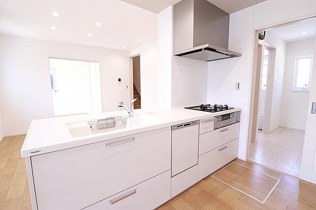 【キッチン】食器洗浄乾燥機、浄水器内臓型水栓、ガラストップコンロなど充実した設備のキッチン。キッチンからユーティリティ、洗面・浴室への使いやすいストレート家事動線です(No.10)