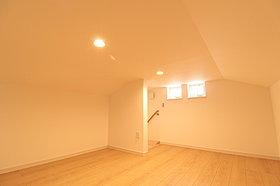 収納スペース、遊び場や書斎など多目的に使える天空間