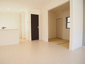 キッチンを中心にリビング、家事室への動線がある空間は奥さまに