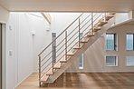 リビングを立体的に演出をしてくれる、スケルトン階段。