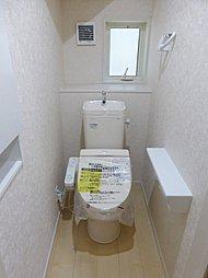 ウォシュレット機能付きのトイレ。便器に近づくと自動でフタが開き、離れると閉まります。手を触れないので清潔・快適です。