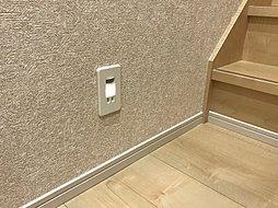 夜でも廊下を照らしてくれる足元灯がついています。ちょっとした気遣いですが、あるととても便利なんです。