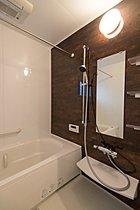 半身浴もできる広々とした湯船!浴室換気乾燥機や窓も設置済み