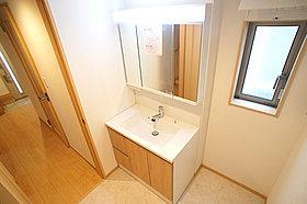 C号棟 広々洗面所スペース 三面鏡の裏側には収納棚を確保!