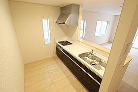 収納力たっぷりのシステムキッチンに加え、床下収納も完備