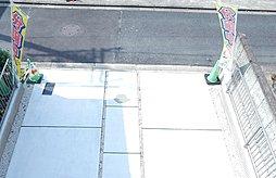 ベランダから撮った前面道路と駐車場の関係が分かる写真です