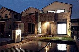 【8号地外観】 夜の外観も雰囲気が変わり素敵ですよ♪ 並列駐車2台可能(*^_^*)