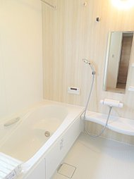 ◇浴室◇ 毎日の疲れを癒す場所だからこその、シンプルで落ち着いた空間となっています。質感豊かな浴槽、表情豊かな落ち着いたパネル、浴室乾燥機完備ですのでヒートショック等も安心な設備です。
