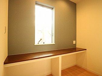 カウンターは作業台や読書するなど多用途に対応できる便利なスペースです。装飾品などを置いてお好みの空間を創り上げるのもいいですね。