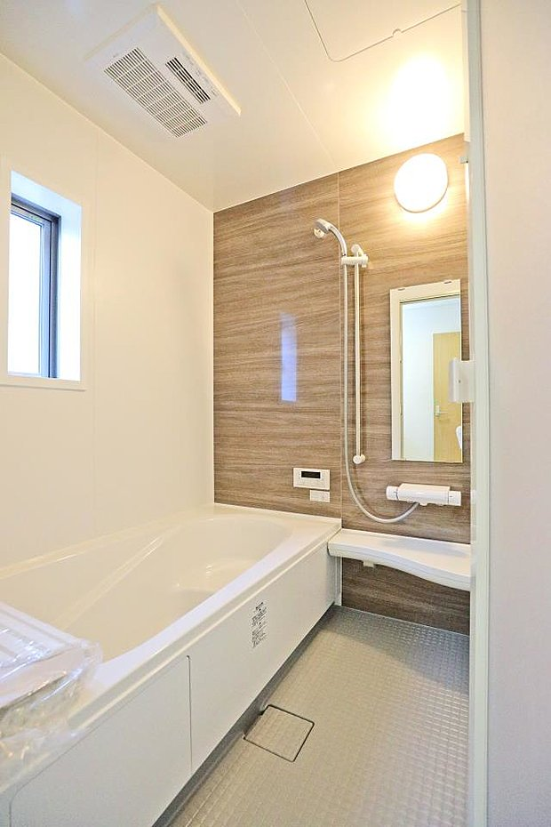 【同仕様写真(浴室)】滑りにくく、水はけのよい床はカビの発生も抑えます。