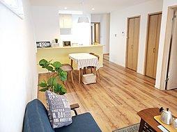 【リビング】広さは17帖! 木目調の床に、黄色のカウンター下の壁紙がとてもおしゃれですね!