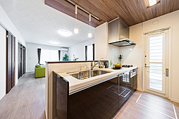 LDKから自然の光がたっぷり差し込む明るいキッチンエリア