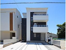 モノトーンカラーの外壁で水平と垂直のラインを重ねた、シンプルでありながら個性を主張する外観デザイン。美しいシルエットが街並に映える佇まいです。 3階建・人気のロフト付プラン。(T-3)