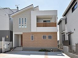 南向き採光良好な邸宅。窓を多くすることでたくさんの光が差し込み、家全体が明るくなる造りになっています。 モダン&スタイリッシュな外観デザインです。(T-2)