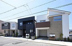 3邸がそれぞれの個性を出しつつ、落ち着いた色合いで美しい街並みを飾る外観デザイン。ビルトインガレージ&充実の収納スペースを装備したデザイナーズ邸宅。(T-3・T-2・T-1/北側)