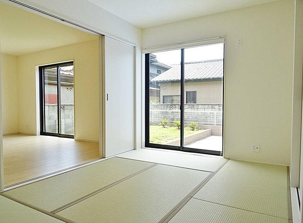 【和室4.5帖♪】癒しの和室は、リビングと違和感のないよう、押し入れは、襖ではなく折戸を、障子ではなく和紙スクリーンを採用し洋風に仕上げてあります♪