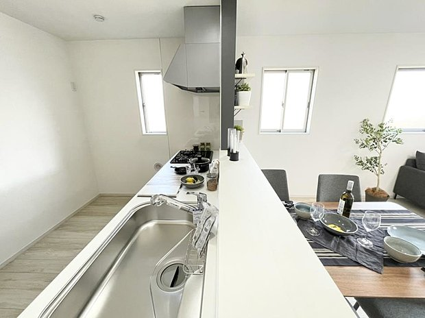 【リビング】■リビング ホワイトの床材はどんな家具にも合わせやすいデザイン♪家具選びが楽しみになるリビングです☆