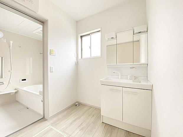 【洗面台・洗面所】■洗面室 朝のお出かけ準備に嬉しい三面鏡。鏡の裏には歯ブラシや整髪料などを収納できるスペースもあるので、いつでもスッキリ片付きます♪