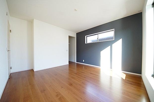 【寝室】寝室8.2帖は広い居室 アクセントクロスがお洒落な空間を演出、ウォークインクローゼット、バルコニー付き