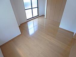 ロイヤル丸山の窓も多く日当たり良好の洋室