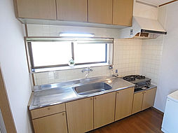 戸崎通3丁目ハイツのガスコンロ付の広めキッチン。出窓があって換気も良好
