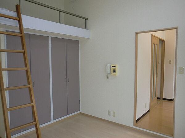 本山ヤングパレスの開放感のある室内空間ですよ