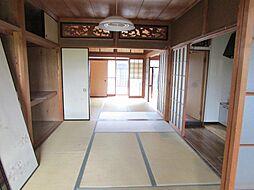 リフォーム中和室を12帖のLDKに間取り変更予定。カウンターキッチンを新設し、壁・天井クロス張替え、床フローリング張り、照明交換を行います。ご家族と話しながら家事のできる、開放的なLDKにします。