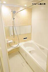月々5167円(総額1808000円、金利1.075%35年)のリフォームで新品の浴室に。「キレイサーモフロア」は軽い力で汚れを落とせます。冬の寒い日も独自の断熱層で床の冷たさを感じにくいです。