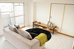 室内リフォーム済。白を基調とした明るいリビングルーム。家具付販売。最上階・角部屋の為、日照・眺望良好です