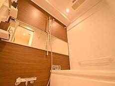 アクセントパネルが落ち着いた色合いのバスルームは1日の疲れを癒してくれます。もちろん浴室換気乾燥機も備わっています