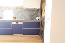 オーダーメイドのシステムキッチン、ビルトイン食洗機付、IHコンロ