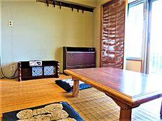バルコニーに面した和室。エアコンは古いままですが、現在もお使いになられています。