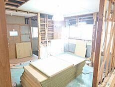 リフォーム中写真キッチンはハウステック製のシステムキッチンに新品交換します。新しいキッチンだと家事が楽しみに変わりそうですね。