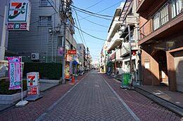 「現地までのルート1」 商店街を抜けるインターロッキング舗装の歩道は、快適なアプローチです。