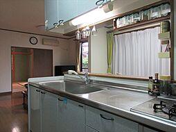 作業スペースが広く、手元が明るいキッチン。三口のガスコンロはお料理の効率もアップします。
