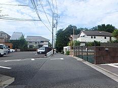 前面道路は公道で道幅も約4.5Mあり、車庫入れもラクラクです