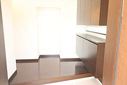 広い玄関です。シューズクロークもあり別で収納もついてます。正面は小物が飾れるおしゃれなデザインになってます。