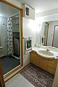 洗面台は既存ですが、鏡が大きくゆったりとした洗面台です