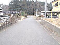 前面道路は約6m幅あり、開放感がございます。
