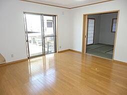 和室との扉を開けば一部屋の空間に変えることが可能。