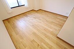 ログマンションが使用する高品質の天然無垢材フローリングは、耐久性が高く、簡単なメンテナンスで長く使い続けることができます。