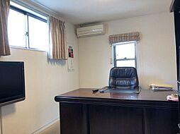 書斎部屋としても使用できる2面採光の明るい洋室