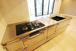 家事の時短に役立つ食洗機付きのシステムキッチン。造り付のキッチン背面収納棚もあり、収納家具を新しく購入する必要もございません。